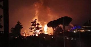 Inferno di fuoco nella notte: bruciano capannoni pieni di miglia di cassette di plastica