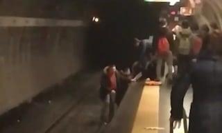 Roma, tentato suicidio nella metro Manzoni: ragazza sui binari, due passeggeri eroi la salvano