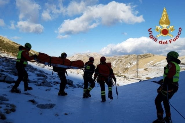 Le operazioni di recupero e soccorso della salma dei vigili del fuoco