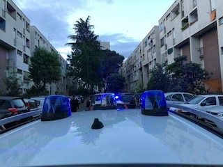 Tor Bella Monaca, forza posto di blocco e sperona auto polizia: agenti rischiano il linciaggio