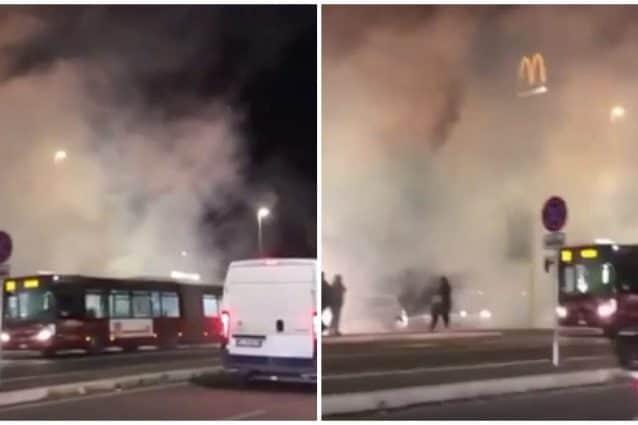 L'autobus avvolto dal fumo