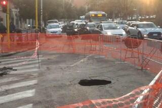 Roma, voragine a Colli Portuensi: via Ottavio Gasparri chiusa e traffico