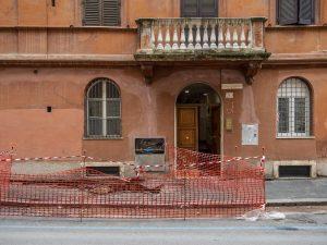 La voragine che si è aperta oggi a Roma nei pressi del Colosseo