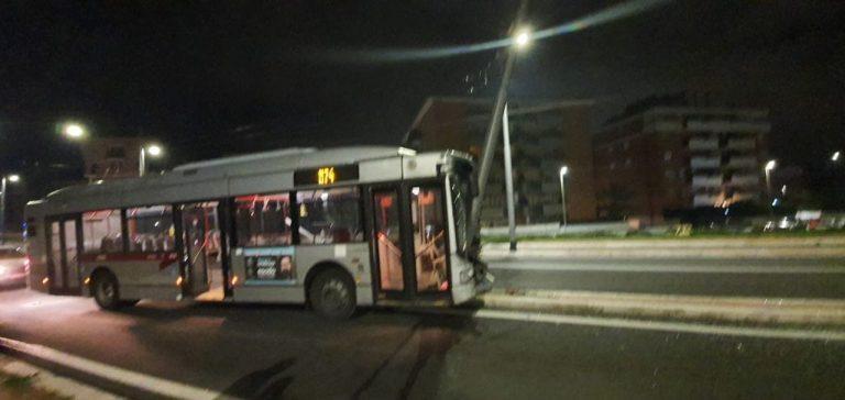 Il bus finito contro il palo