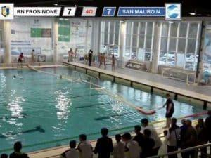 Rissa in piscina a Frosinone – screenshot da Facebook
