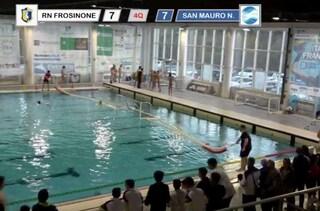 Rissa in piscina e sulle tribune a Frosinone, telecronista aggredito durante il match di pallanuoto