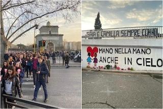 Fiaccolata in ricordo di Gaia e Camilla: genitori si abbracciano davanti al murales per le figlie