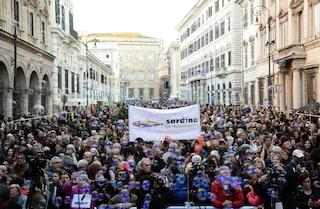 """Sardine a Roma, migliaia sfidano Salvini in piazza Santi Apostoli: """"Abolire i decreti sicurezza"""""""