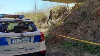 Roma, trovato cadavere sulle sponde del Tevere: apparterrebbe a un trans, indagini in corso