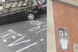 Vandalizzata segnaletica per turisti: indicazioni per Fontana di Trevi scritte col gesso su strada