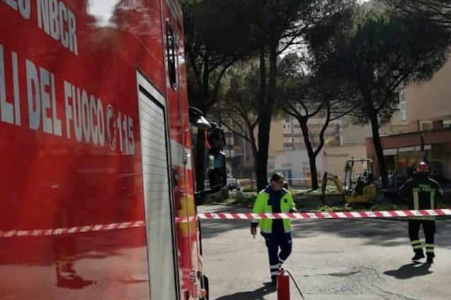 I vigili del fuoco a lavoro in piazza Eugenio Montale