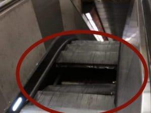 Il gradino sprofondato alla stazione della Metro A Furio Camillo