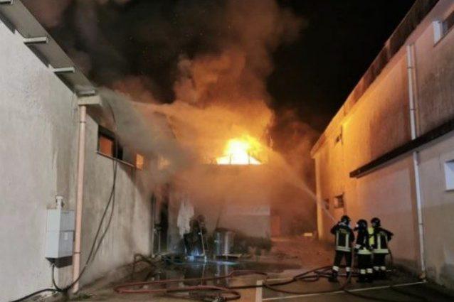 L'incendio divampato in un magazzino a Castrocielo