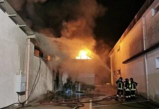 Castrocielo, incendio distrugge un magazzino: fiamme e fumo nella notte