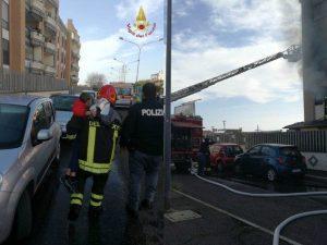 I vigili del fuoco di Civitavecchia al lavoro per spegnere l'incendio – Foto vigili del fuoco