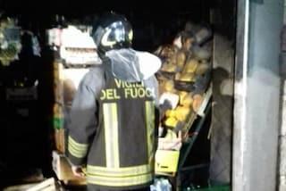 Incendio al Don Bosco, frutteria devastata dalle fiamme: il rogo scoppiato alle 2 di notte
