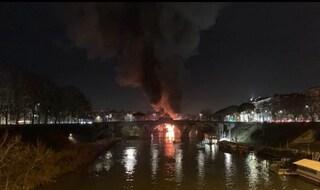 Roma, in fiamme nella notte un barcone sul Tevere: brucia il Circolo Canottieri Ondina