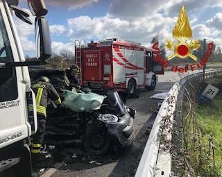 Tragedia su via Laurentina, scontro tra auto e tir: morta una ragazza, traffico in tilt