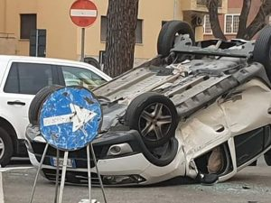 """L'auto ribaltata in piazza Durant, foto dal gruppo Facebook """"Monteverde Roma"""""""