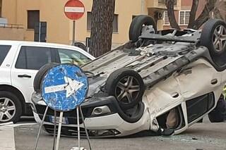 Torre Maura, anziana si ribalta con l'auto dopo essersi scontrata col semaforo: è grave