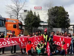 I facchini davanti allo stabilimento Peroni
