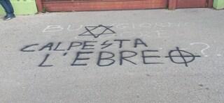 """Pomezia, scritte antisemite fuori le scuole: """"Anna Frank brucia"""" e """"calpesta ebreo"""""""