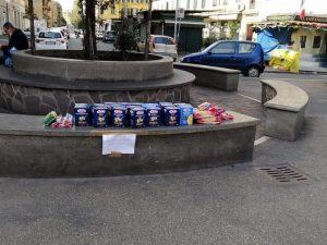 I generi alimentari lasciati all'ombra dell'Alberone a Roma (foto di Massimiliano Coccia)