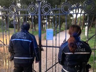 Coronavirus a Roma, cerca di scavalcare il muro del parco di Colle Oppio: denunciato