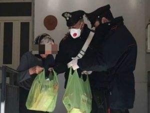 Carabinieri portano la spesa a un'anziana (Immagine di repertorio)