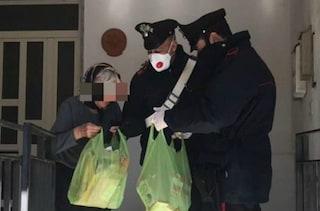 Anziana sola in casa, digiuna da giorni: i carabinieri la soccorrono e le danno da mangiare