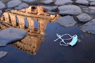 Nuovo regolamento rifiuti a Roma: maxi multe per chi getta a terra mascherine e divieto sacchi neri