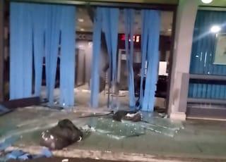 Furto in banca alla Massimina: ladri sfondano la vetrata con un carroattrezzi e rubano il bancomat