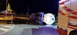 Incidente tra due camion sull'Autostrada A1, coinvolta anche volante della polizia: ci sono feriti
