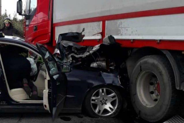 Incidente stradale a Velletri, scontro tra camion e auto: un ferito estratto dalle lamiere