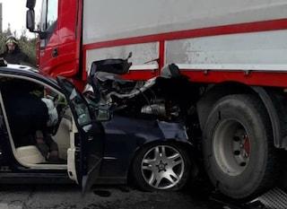 Colpo di sonno dopo essere stata a cena dai parenti, finisce con l'auto sotto un tir: 2 feriti gravi
