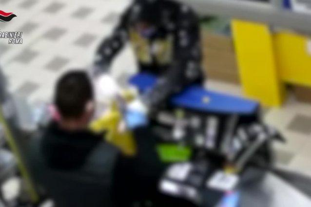 Il rapinatore nel supermercato di Tor Bella Monaca