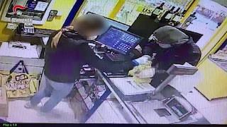 Coronavirus, rapinatore con la mascherina assalta un negozio di surgelati