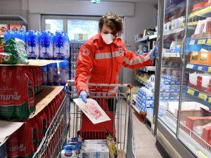 I volontari della Croce Rossa fanno la spesa alle persone anziane costrette a casa