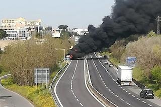 Autobus Cotral a fuoco sulla Pontina: strada chiusa, Pomezia invasa da una nube nera