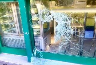 Roma, ladro goloso sfonda la vetrina della gelateria e ruba tutto