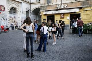 Allarme movida a Roma. Ma c'è tanta confusione sulle regole per chi beve un drink in strada
