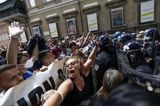 """""""Marcia su Roma"""", estrema destra manifesta in centro: disordini e tensioni con la polizia"""