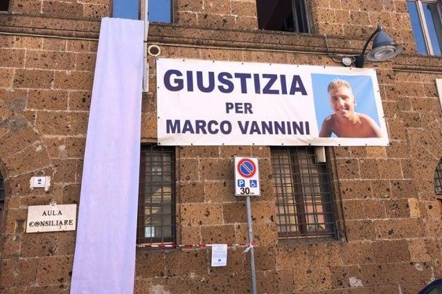 Lo striscione per Marco Vannini sulla facciata del Comune di Cerveteri