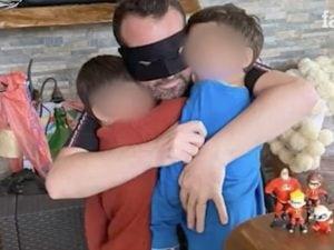 Fausto riabbraccia i figli dopo essere guarito dal coronavirus