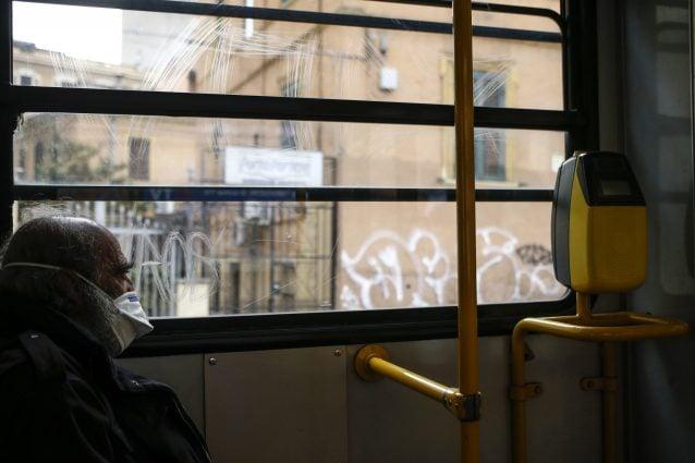 Bus pieno, spezzano catena e aggrediscono il conducente