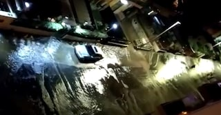 Boccea: cittadini senza acqua, si apre una voragine e la strada diventa un fiume