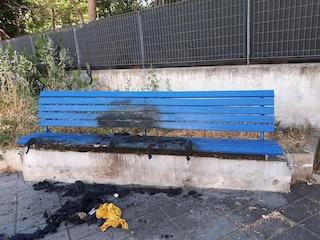 La Rustica, bruciano i pochi averi di un senzatetto: gara di solidarietà del quartiere per aiutarlo