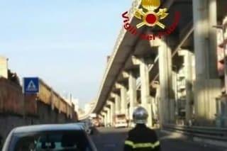 Prenestina, cade copriferro dalla Tangenziale Est: strada chiusa dai Vigili del Fuoco