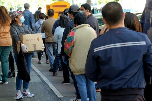 Cittadini in fila per ricevere aiuti alimentari