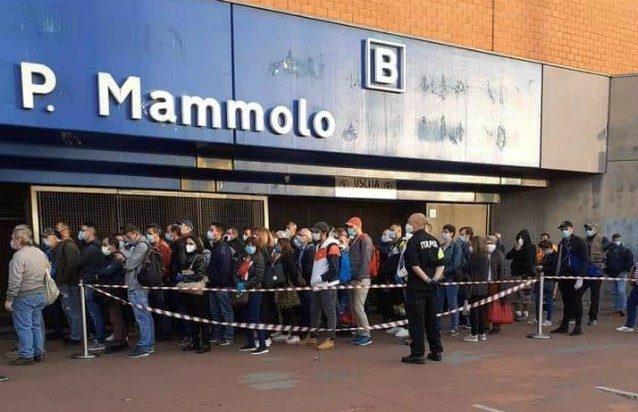La fila di persone in attesa all'ingresso della metro alla stazione Ponte Mammolo